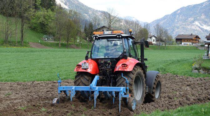 Bodenbearbeitung mit Tiefengrubber am 16.04.2016